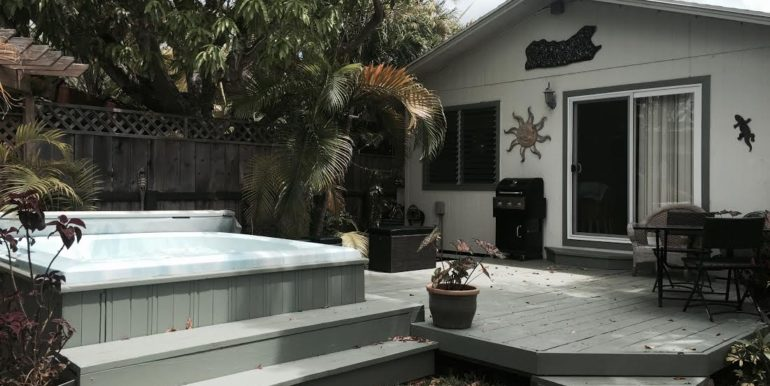 Kainalu front of house with hot tub in picture